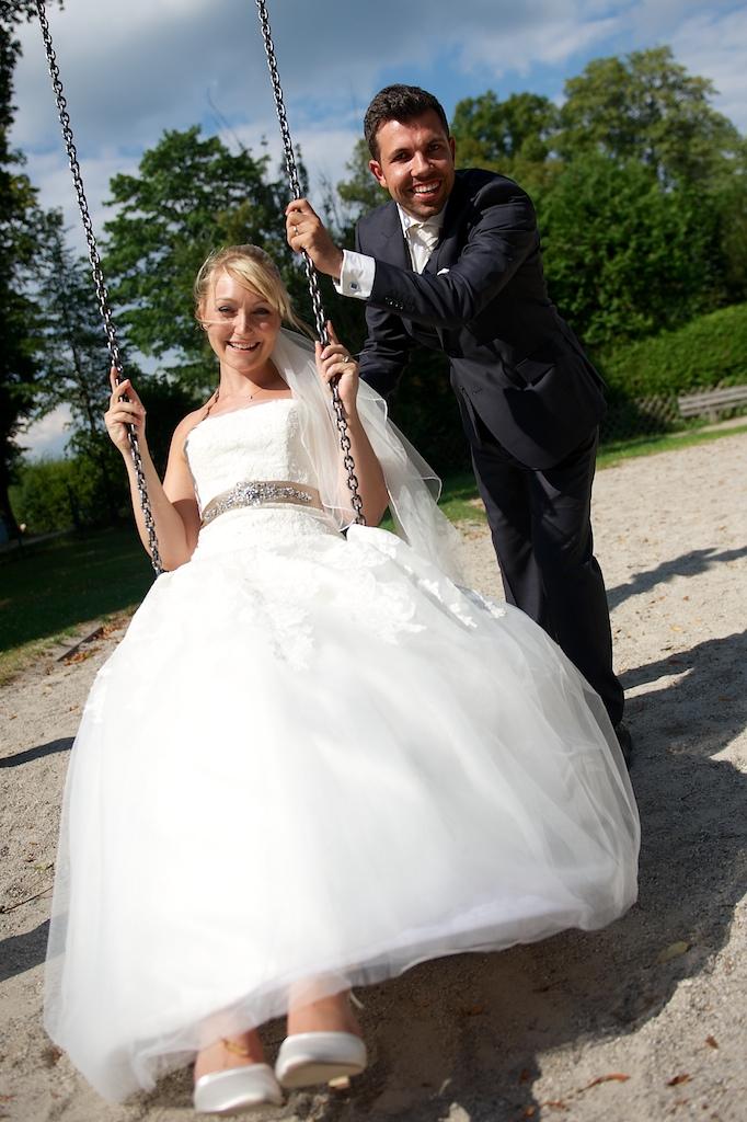 Brautpaar auf der Schaukel
