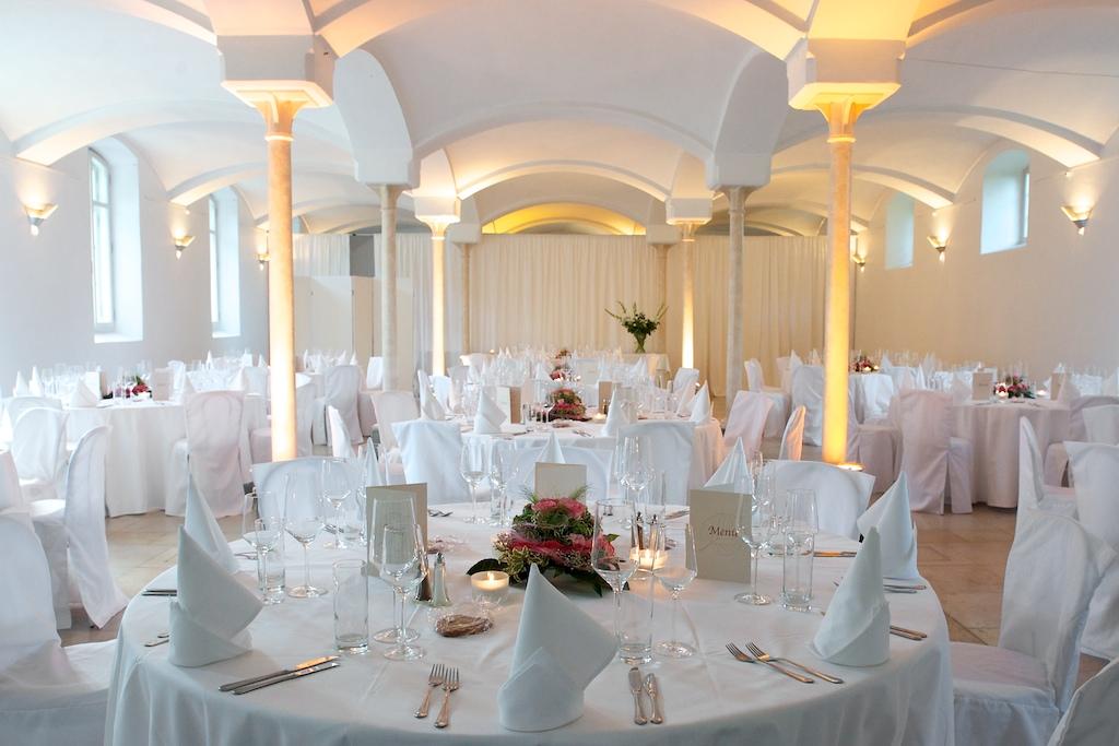 geschmückter Hochzeitssaal im Marstall am See