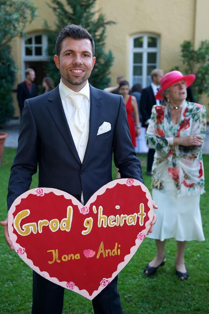 Foto vom Bräutigam nach der Trauung