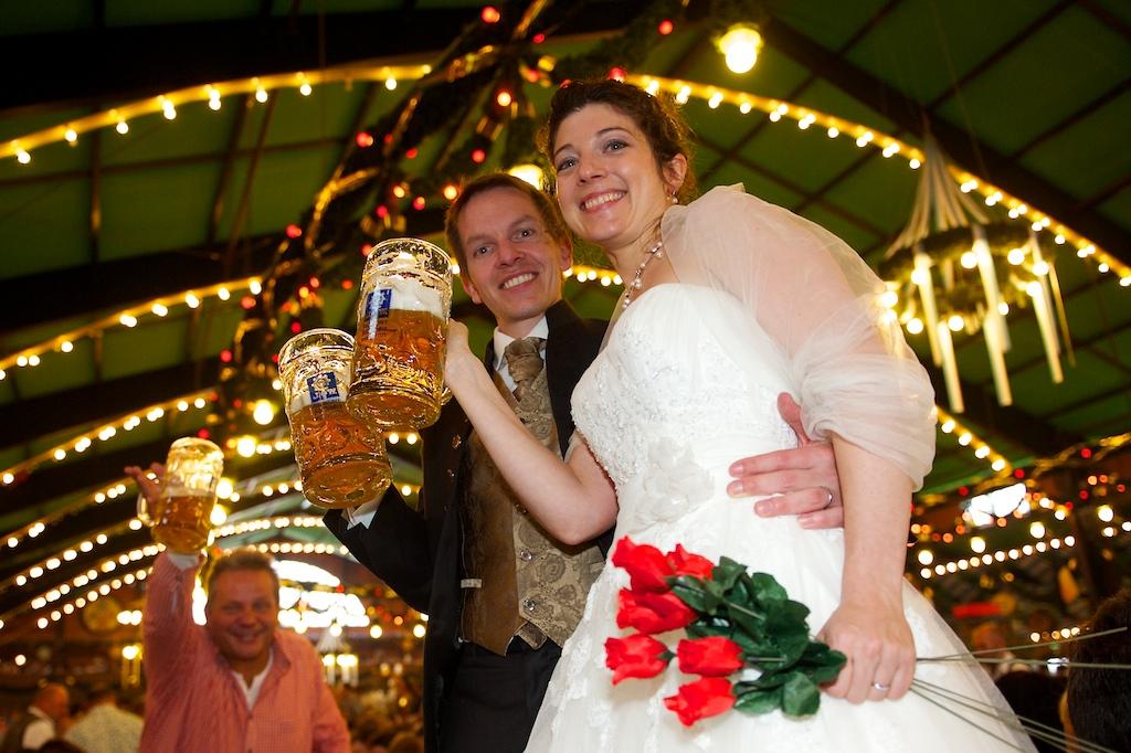 Brautpaar auf der Wiesn im Bierzelt