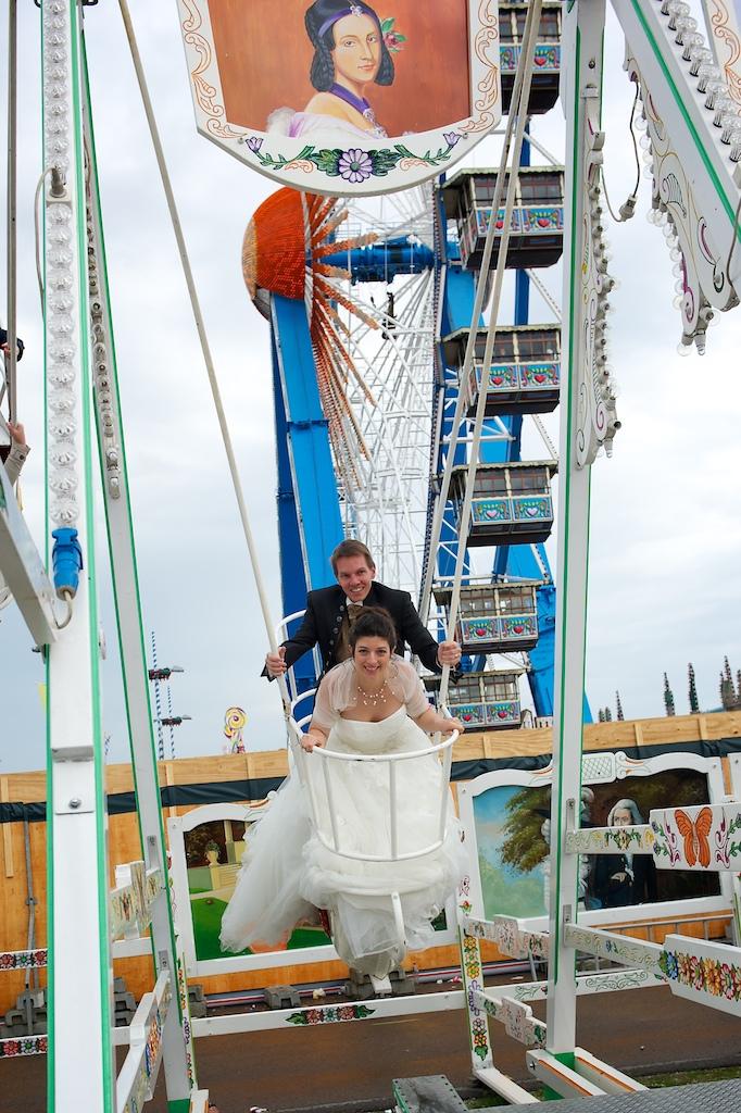 Hochzeitsfoto in der Schiffschaukel