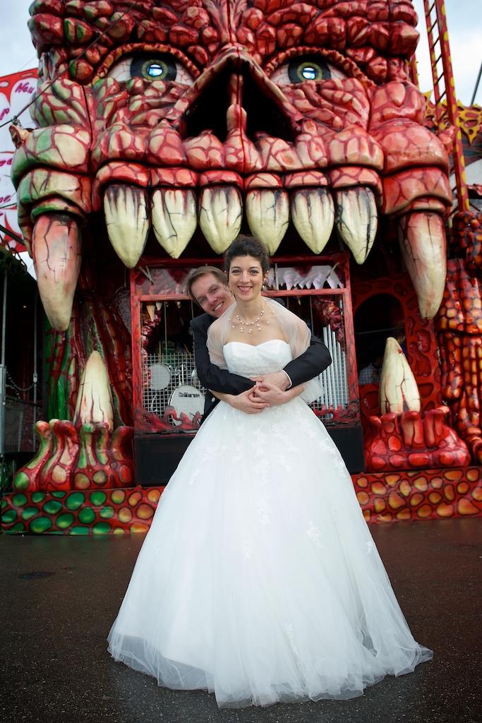 Brautpaar vor der Geisterbahn auf dem Oktoberfest