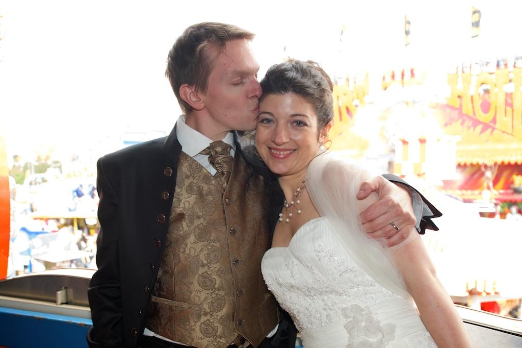 Verliebtes Brautpaar auf dem Oktoberfest