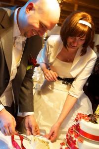 35 Brautpaar mit Hochzeitstorte